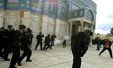 Zionist Settlers Backed by 'Israeli' Police Storm Aqsa Mosque in Al-Quds