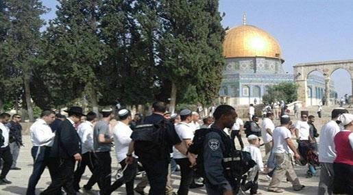 'Israeli' Settlers, Extremists Storm Al-Aqsa Mosque