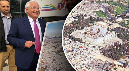 US Ambassador To 'Israel' Receives A Photo Replacing Al-Quds' Holiest Muslim Shrines With A Jewish Temple!