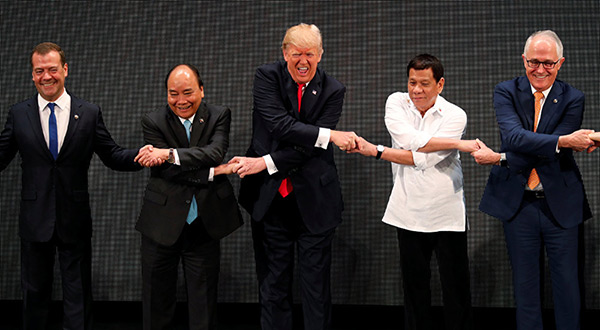 Trump Breaks the Link as Handshake Photo Op Goes Awry