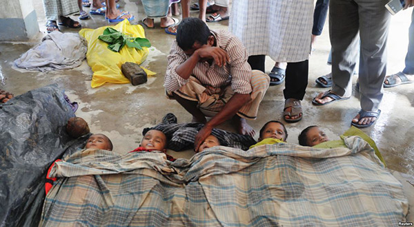 Father crying on his children after Rohingya boat capsize