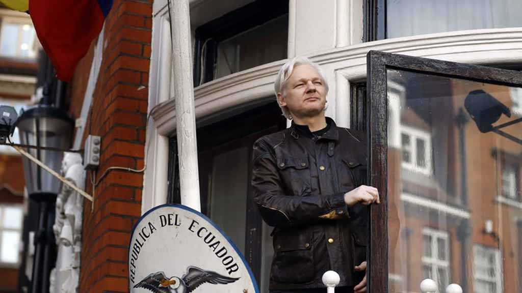 Wikileaks' Assange Arrested by British Police at Ecuadorean Embassy