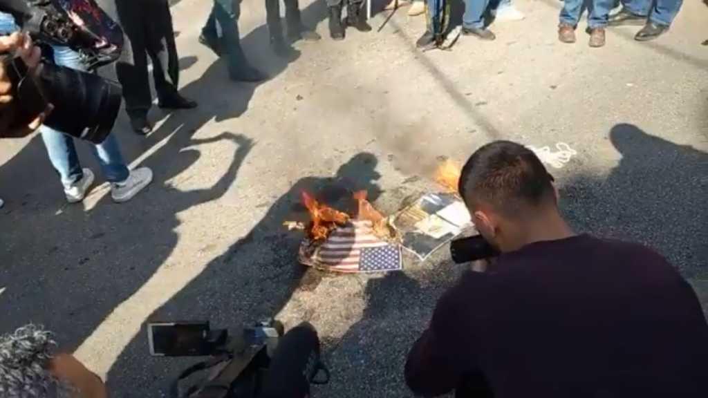 Lebanese against Foreign Intervention Burn US, 'Israeli' Flags in Awkar