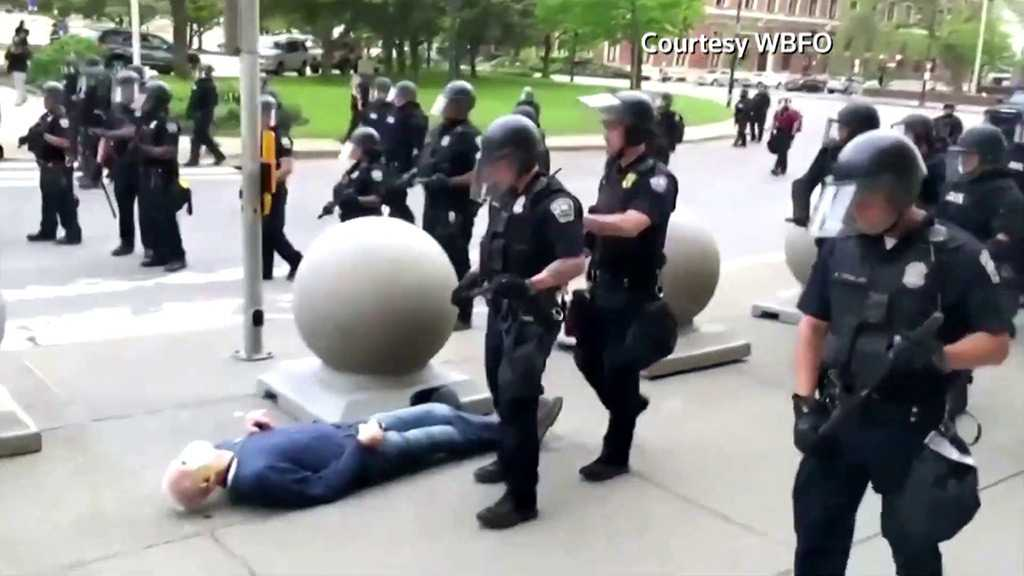 US Police Suspended After Shoving 75yo Protester to Ground