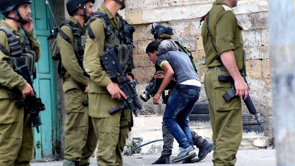 'Israeli' Soldiers Detain Three Palestinians in the West Bank