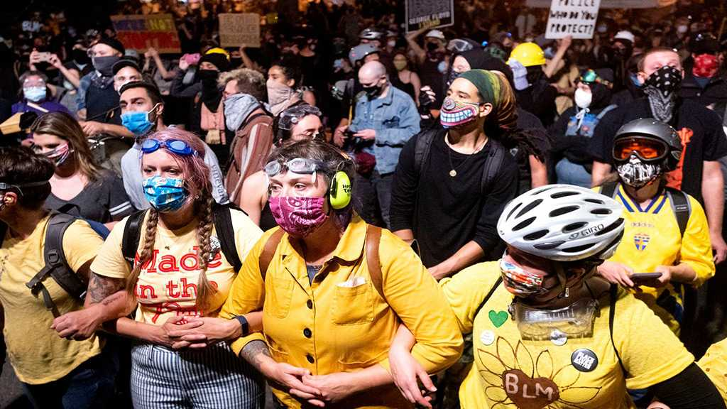 """""""Wall of Moms"""" Forms Human Chain in Portland to Shield Protesters from Federal Police"""