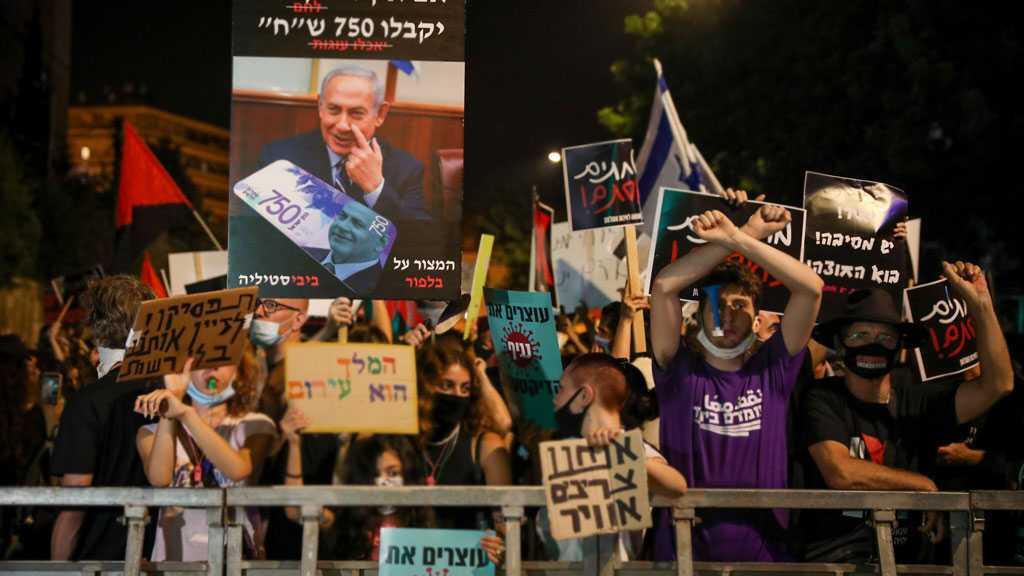 Hundreds Protest outside Netanyahu's Residence in Occupied Al-Quds