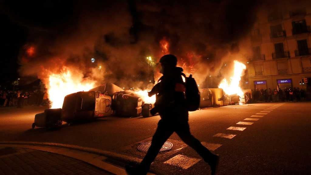 Rioters Erect Barricades, Throw Bottles at Police During 8th Night of Protests in Barcelona